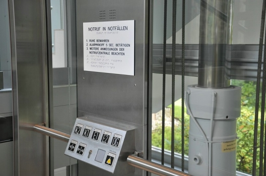 barrierefreie Bedienelemente in einem Aufzug